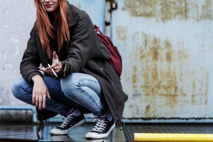 Подросток курит