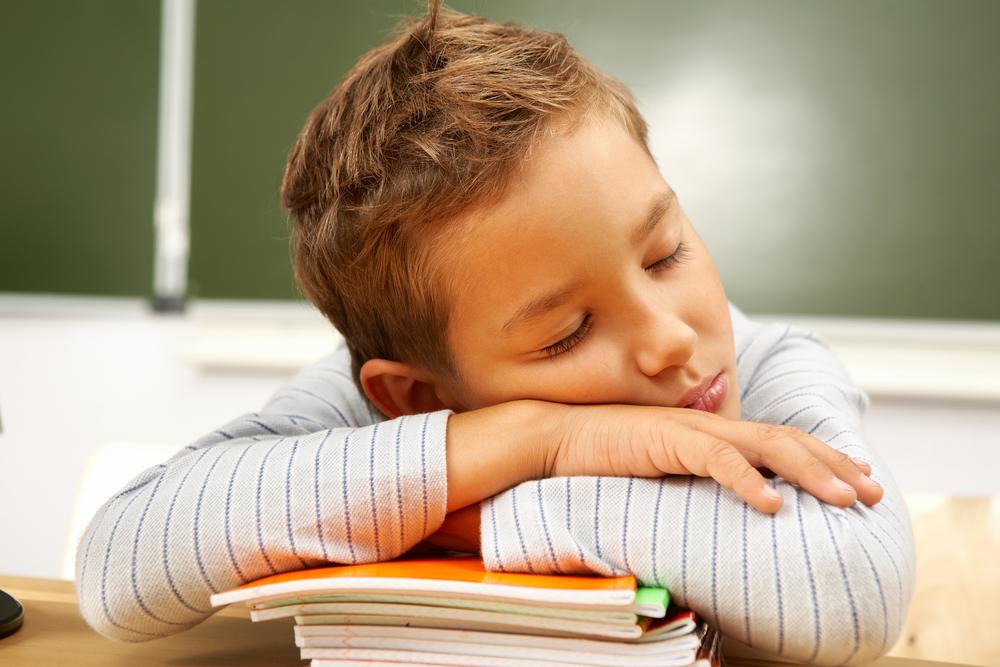 Картинка ребенок спит на парте